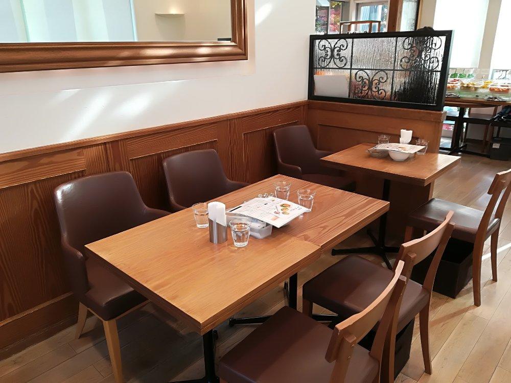 イタガキTBCハウジング店のテーブル席